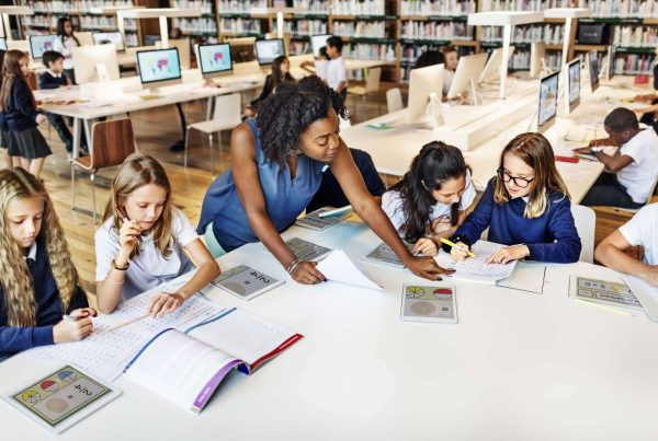 Eleves attentifs avec leur prof