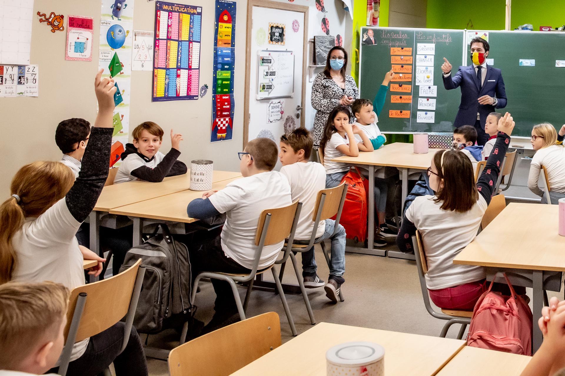 Georges-Louis Bouchez clôture la campagne électorale des délégués dans une école primaire de Flénu.